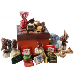 Weihnachtliche Geschenkbox Lebkuchen gefüllt mit Schokolade und Pralinen