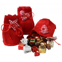Weihnachtlicher roter Beutel gefüllt mit Schokolade